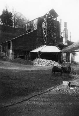 Cliquer pour agrandir : Haut fourneau avec l'ascenseur hydraulique aujourd'hui disparu, vu du sud-est ; vers 1900 (c) Famille de la Héronnière, fonds privé