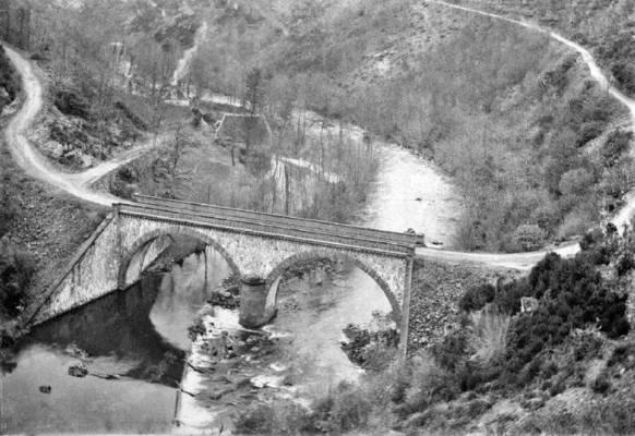 Cliquer pour agrandir : Pont et moulin de Saint-Mesmin dans les gorges de l'Auvézère © Fonds privé famille de la Héronnière