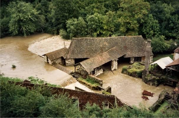 Cliquer pour agrandir : L'Auvézère en crue vue depuis le château ; septembre 1993 (c) Phot. : H. de la Héronnière ; CD24