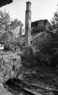 Cliquer pour agrandir : Cheminée de l'affinerie ; vers 1980 © Fonds ASFSL, série 114J, AD24