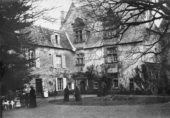 Cliquer pour agrandir : Façade principale et cour du château ; 1893 (c) Fonds Combescot-Salat, série 48FI, AD24