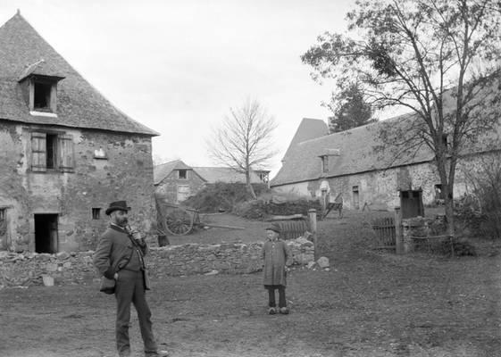 Cliquer pour agrandir : La ferme du château ; 1888 (c) Fonds Combescot-Salats, série 48FI, AD24