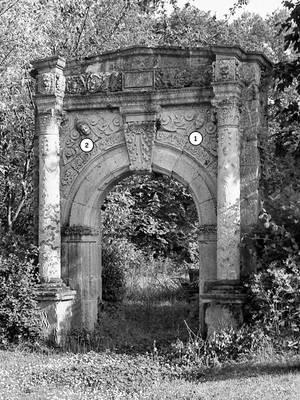 Cliquer pour agrandir : Portail Renaissance dans le parc du château ; vers 1980 (c) Fonds ASFSL, série 114J, AD24