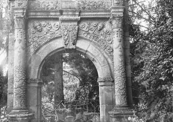 Cliquer pour agrandir : Le portail Renaissance dans le parc du château ; vers 1890-1900 (c) Fonds Combescot, série 47FI, AD24