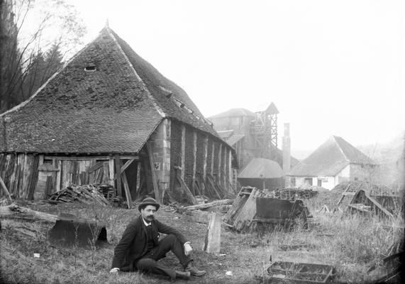 Cliquer pour agrandir : Louis Combescot, maître de forge, devant la halle à charbon et l'espace de production de la forge ; 1894 (c) Fonds Combescot-Salats, série 48FI, AD24