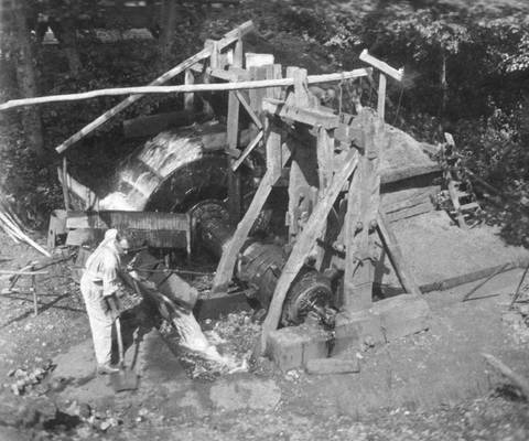 Cliquer pour agrandir : Le bocard en fonctionnement, vers 1920-1930 (c) Fonds Combescot, série 47FI, AD24