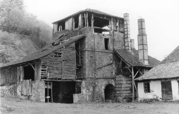 Cliquer pour agrandir : Haut fourneau vu du sud-est avant restauration ; 1982 (c) Phot. : J. Lobjoit ; Fonds ASFSL, série 114J, AD24