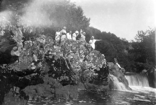 """Cliquer pour agrandir : Le """"Saut Ruban"""" à Saint-Mesmin dans les gorges de l'Auvézère ; vers 1920 © Fonds Combescot, série 47FI, AD24"""