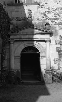 Cliquer pour agrandir : Porche d'entrée du logis principal du château ; vers 1980 (c) Fonds ASFSL, série 114J, AD24