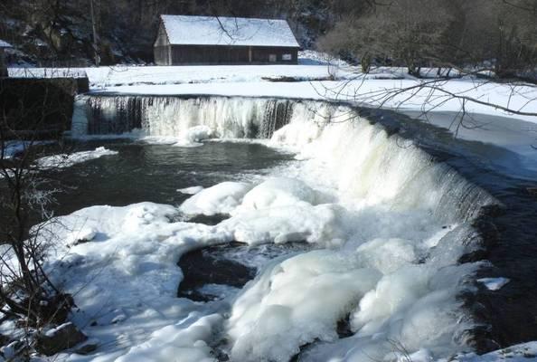 Cliquer pour agrandir : Le barrage de la forge avec l'Auvézère gelée ; 2012 (c) Phot. P. Thibaud, fonds privé
