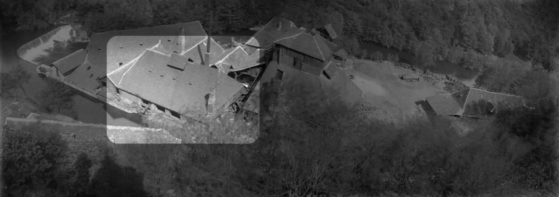 Cliquer pour agrandir : L'affinerie de la forge vue depuis le château ; vers 1910 © Fonds Combescot, Série 47FI, AD24