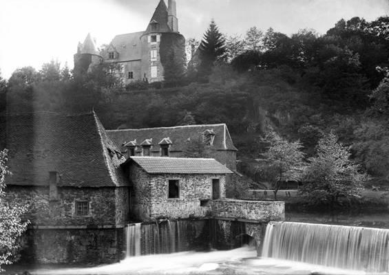 Cliquer pour agrandir : Le barrage de la forge et la vanne de décharge ; vers 1890-1900 (c) Fonds Combescot-Salats, série 48FI, AD24