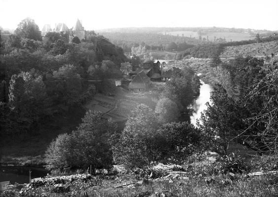 Cliquer pour agrandir : L'usine dévoreuse de bois (60ha de forêt par an) ; 1890 (c) Fonds Combescot-Salats, série 48FI, AD24